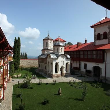 Biserica Sfintei Mănăstiri Arnota